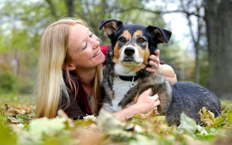 Feliz con la adopción de un perro